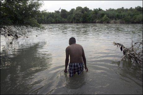 FLEST GUTTER: Det er hovedsakelig gutter som krysser grensen ulovlig. Mange av dem svømmer over grenseelven Rio Grande om natten. Foto: Nuevo Otero, AP (Arkivfoto)