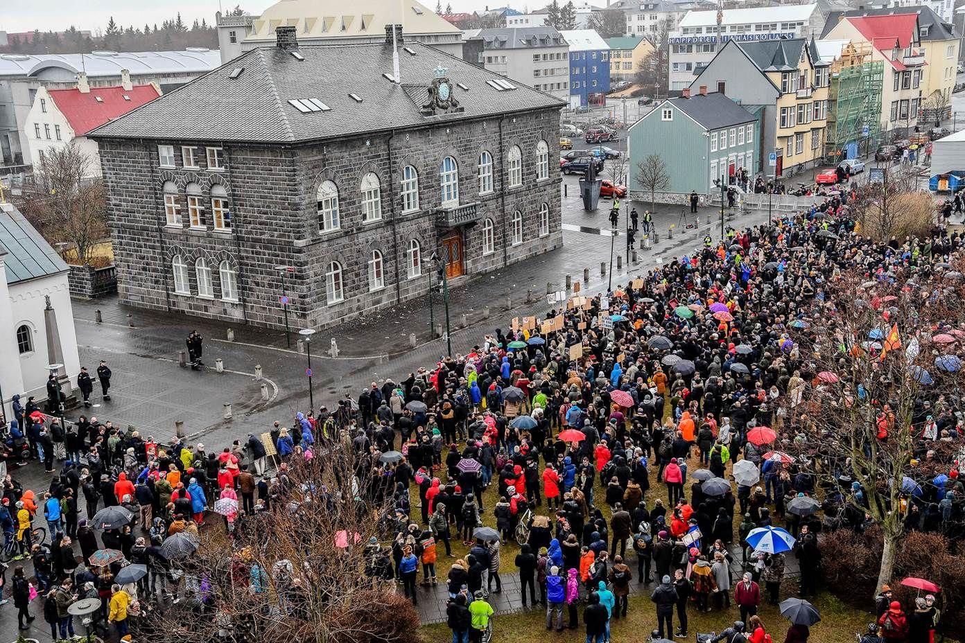 FORLANGER NYVALG: Mange demonstranter har møtt opp utenfor Alltinget i Reykjavik for å vise sin misnøye.