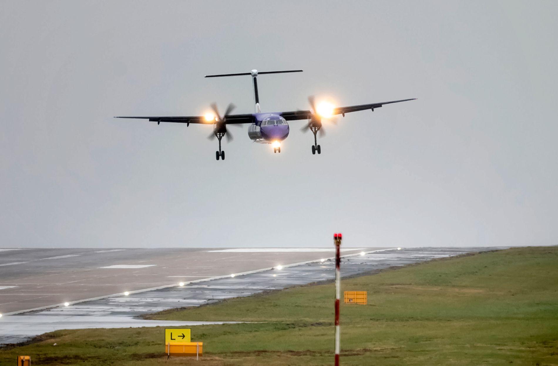 UUPSS! Slik så det ut da et fly landet i svært sterk sidevind på Leeds Bradford Airport i Yorkshire i formiddag, da stormen «Gareth» traff Storbritannia.