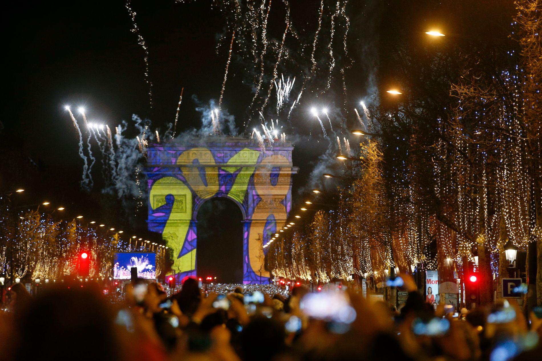 I SENTRUM: Det var ikke alle som feiret nyttårsaften like fredelig som dem som så fyrverkeriet på Champs-Élysées.