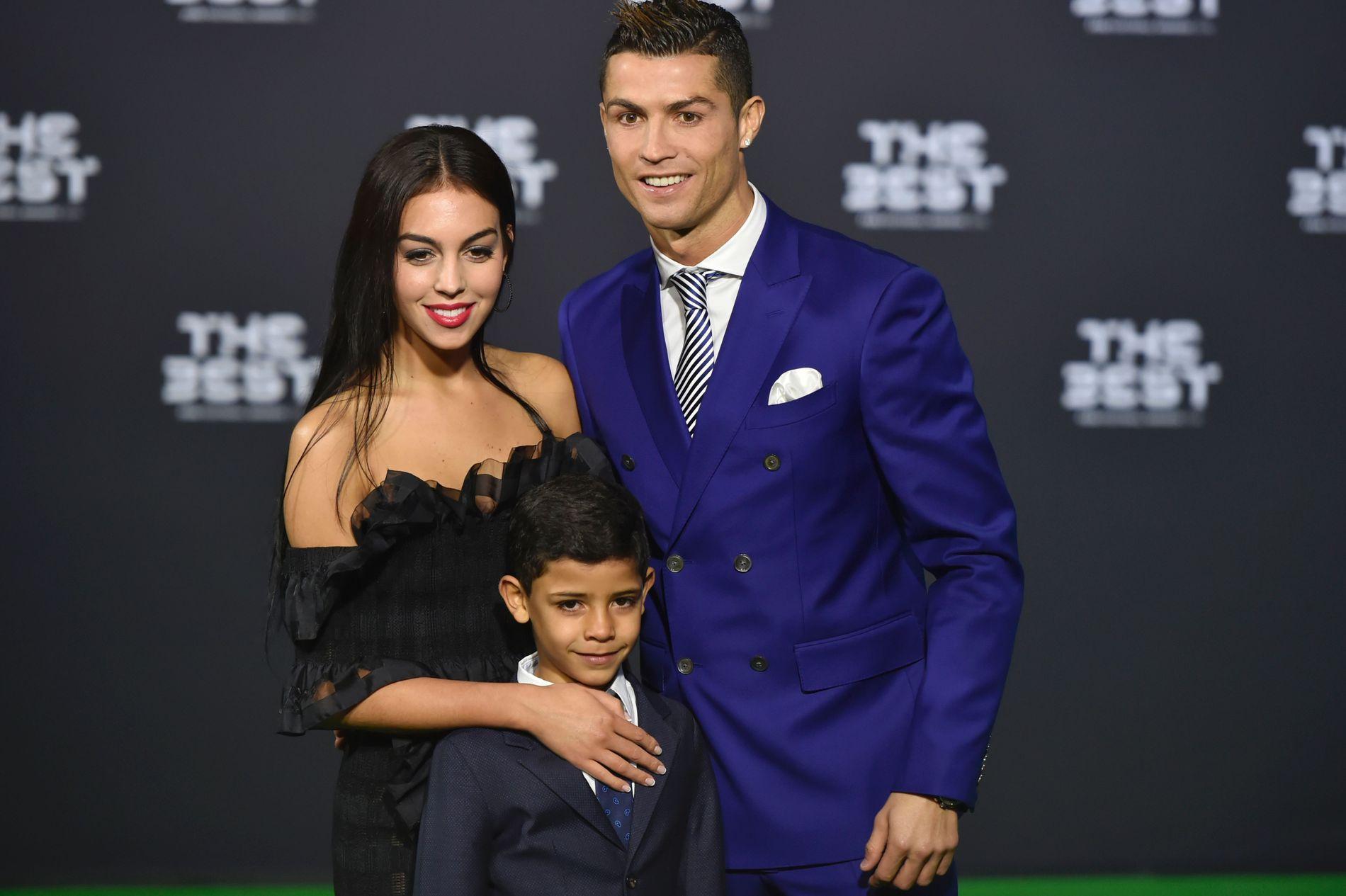 TREBARNSPAPPA: Real Madrid-stjernen Cristiano Ronaldo er blitt pappa til tvillinger. Her er han sammen sønnen Cristiano Ronaldo jr. og kjæresten Georgina Rodriguez på en fotballgalla i januar i år. Kjæresten er ikke moren til tvillingene.