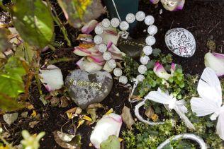 MANGE MINNER: Andreas hadde et stort nettverk, og det blir stadig lagt ned nye blomster og hilsener på graven hans på Bjorbekk i Arendal.