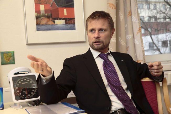 IKKE BARE BARN: Helseminister Bent Høie vurderer innføring av vaksinasjonsprogram for voksne.