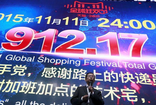 KJØPEFEST: Alibaba-direktør Daniel Zhang snakker foran en skjerm som viser summen selskapet solgte bare på onsdag.