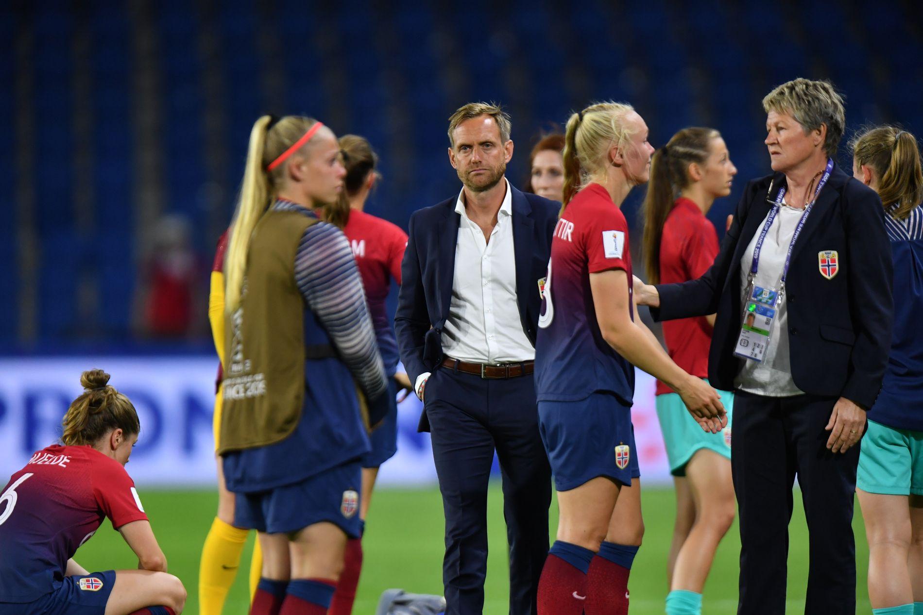 TUNG SLUTT: Martin Sjögren har løftet det norske laget etter EM for to år siden, men i kvartfinalen ble det brått slutt. Til høyre Maria Thorisdottir og teamleder Heidi Støre. Til venstre Therese Sessy Åsland.