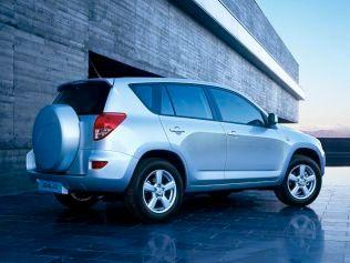 DENNE BILEN KJØRER HAN: Politikeren har kjøpt seg en Toyota RAV4 2007-modell, til tross for at han i 2013 mente det var flaut å kjøre SUV.