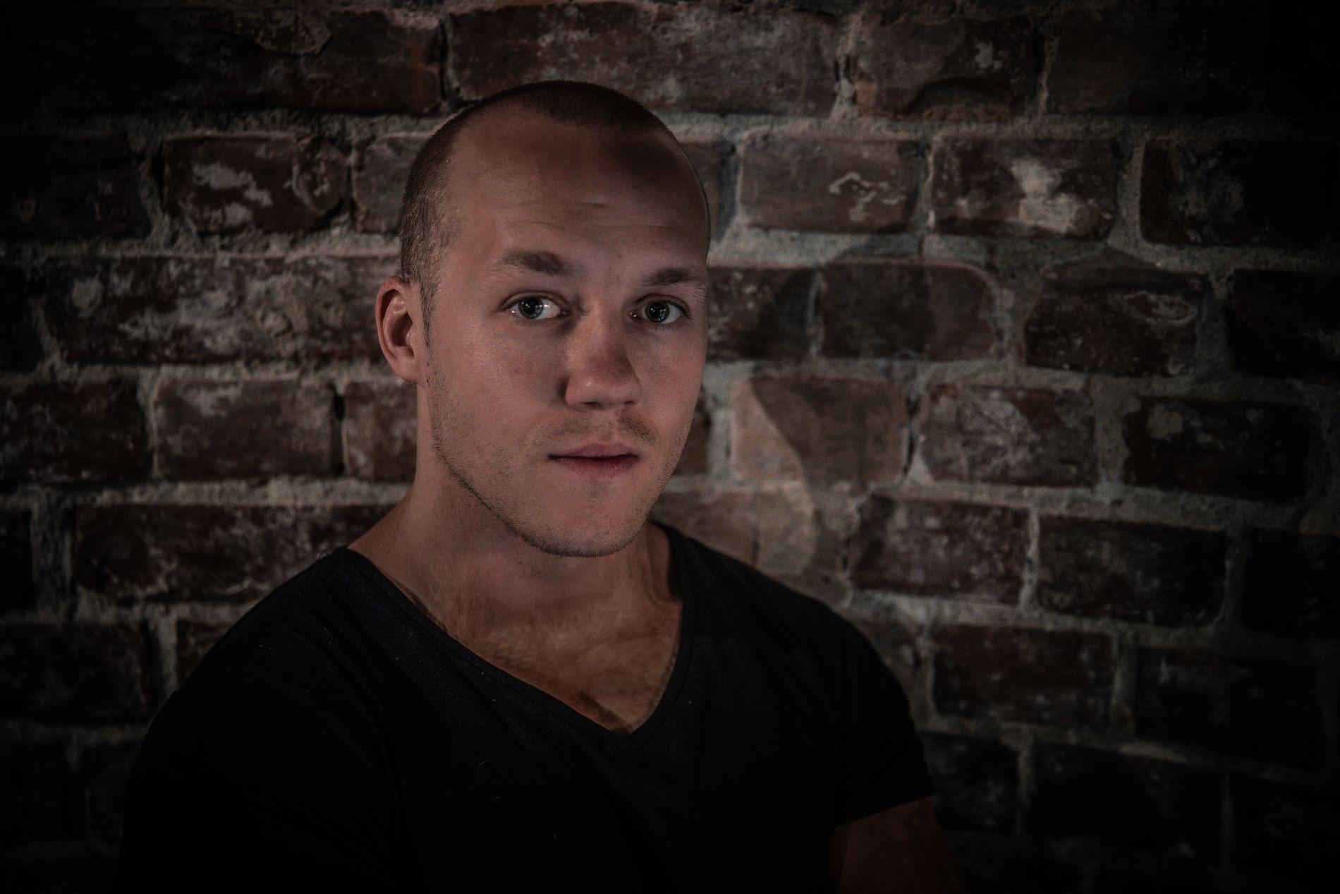VIL INSPIRERE: Simen Almås (25) jobber fulltid med å dele sin historie fra Utøya. Han vil vise ungdom at man kan kjempe seg tilbake selv når alt er på sitt aller mørkeste.