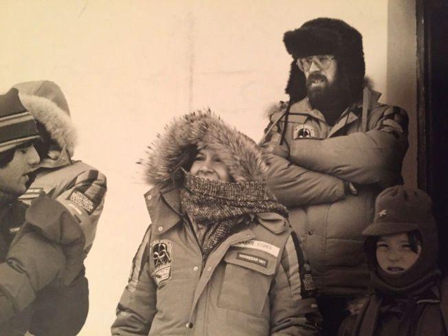 INNPAKKET: Mye voldsomt vær under «Star Wars»-innspilling på Finse i 1979- Her er Carrie Fisher og Bjørn Jacobsen. Foto: PRIVAT
