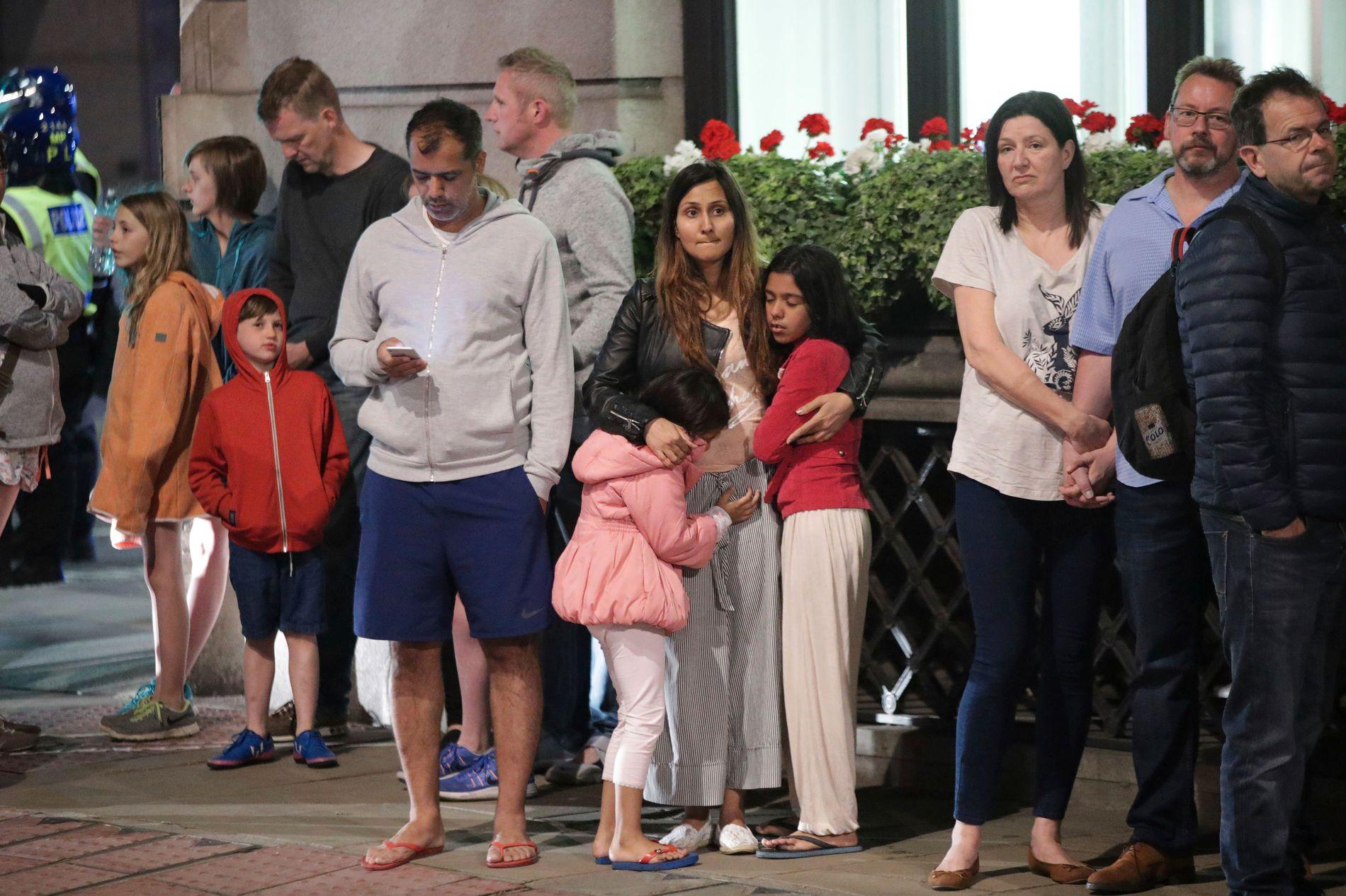 EVAKUERES: Gjester ved hotellet Premier Inn Bankside Hotel ble evakuert og samlet på Upper Thames Street etter terrorangrepet i sentrale London lørdag kveld. Norske forsikringsselskaper dekker både tidlig hjemreise og avbestilling av planlagt reise til London de nærmeste dagene.