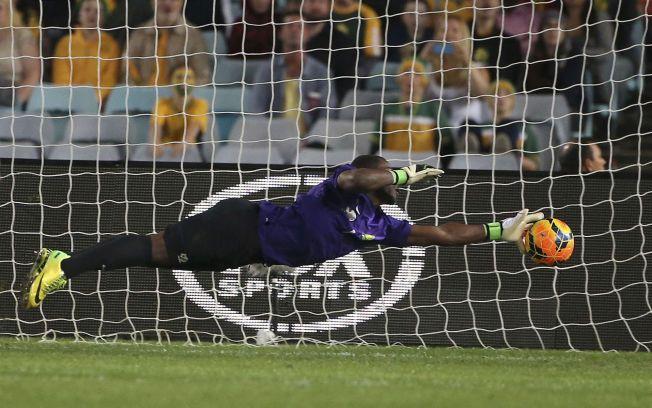 TRAGEDIE: Det sørafrikanske fotballmiljøet er i sorg etter nyheten om Senzo Meyiwas død. Her er han i aksjon under en privatlandskamp mot Australia i mai i år.