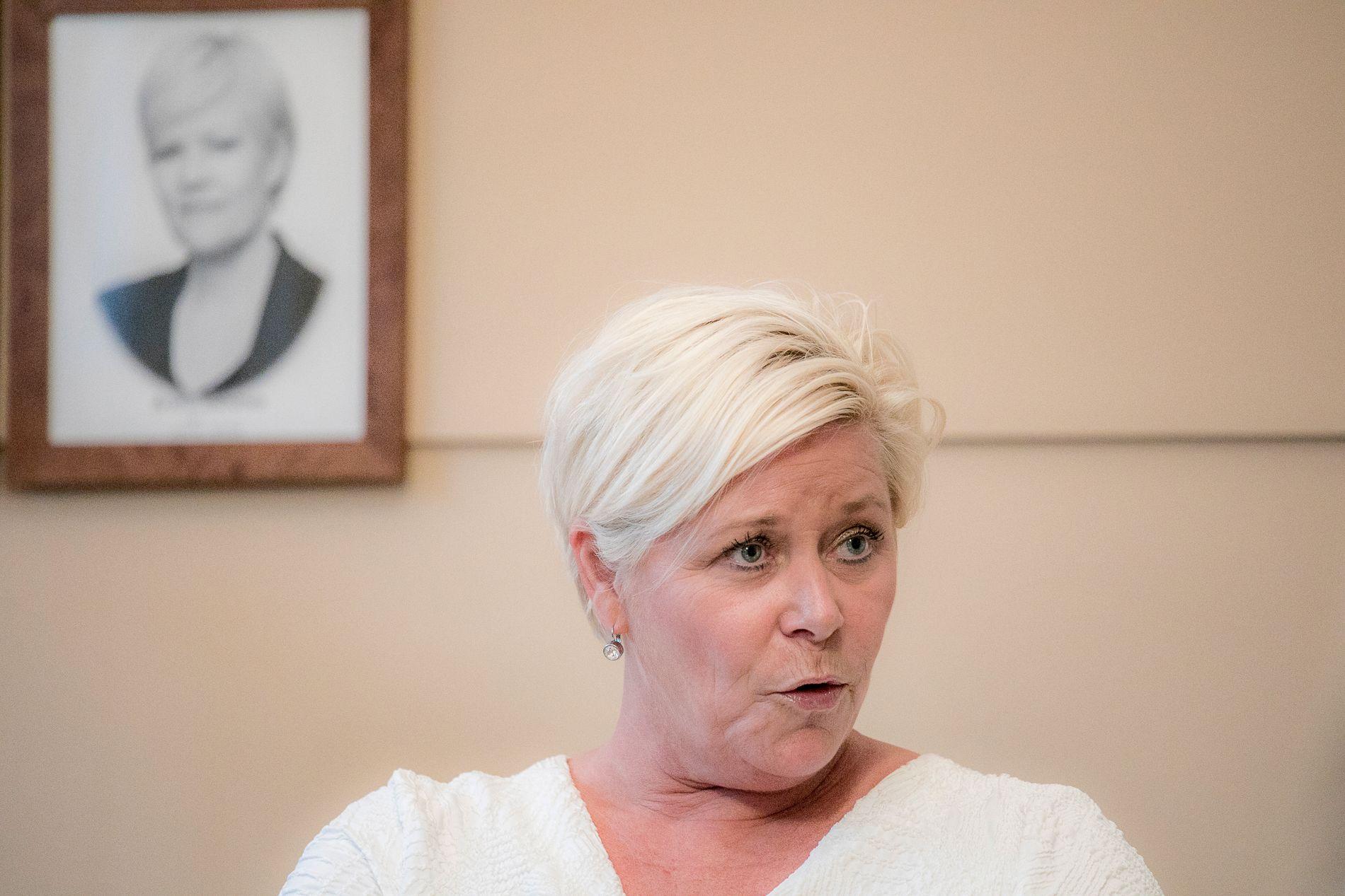 BANK PÅ: Finansminister Siv Jensen ber norske lånekunder presse bankene sine til lavere rente – eller bytte bank.