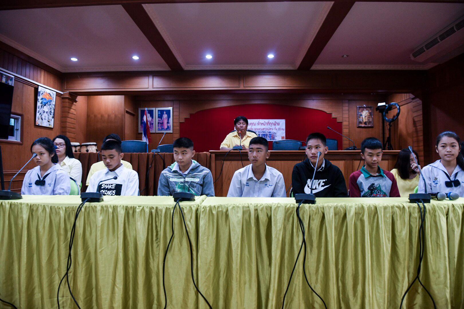 NERVØSE: Vennene  til guttene ved Maesaiprasitsart-skolen forteller at de har vært nervøse, under en pressekonferanse der VG var til stede.