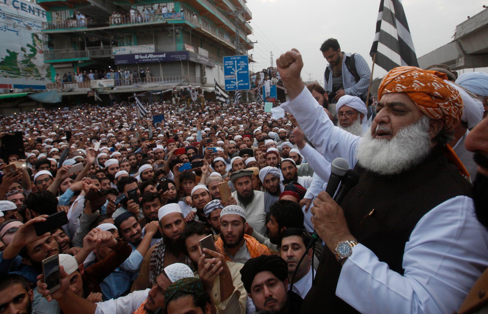 DEMONSTRERER: Lederen for det religiøse pakistanske partiet Jamiat Ulema-e-Islam, Maulana Fazalur Rehman, fordømmer frifinnelsen av en blasfemianklaget dødsdømt kvinne under en demonstrasjon i Peshawar fredag.