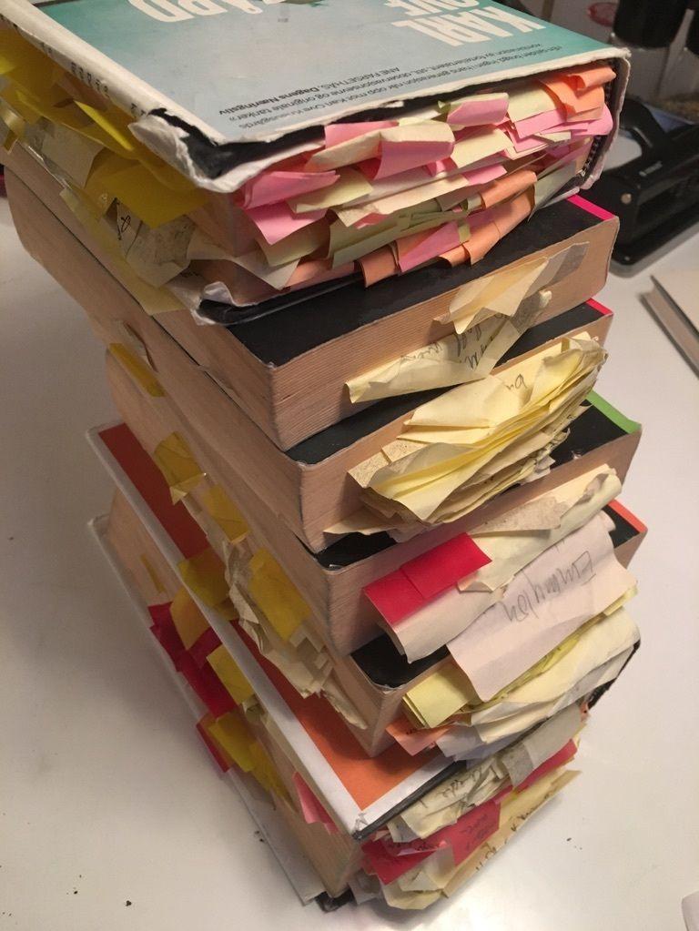 ET PAR NOTATER: Slik så haugen med «Min kamp»-bøker ut etter at regissør Ole Andreas Tandberg hadde vært innom.