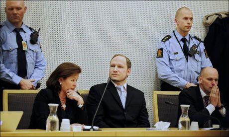 I RETTEN: Den terrorsiktede Anders Behring Breivik ble fotografert da han kom inn og satt seg i rettsalen før retten ble satt mandag. Foto: VGTV