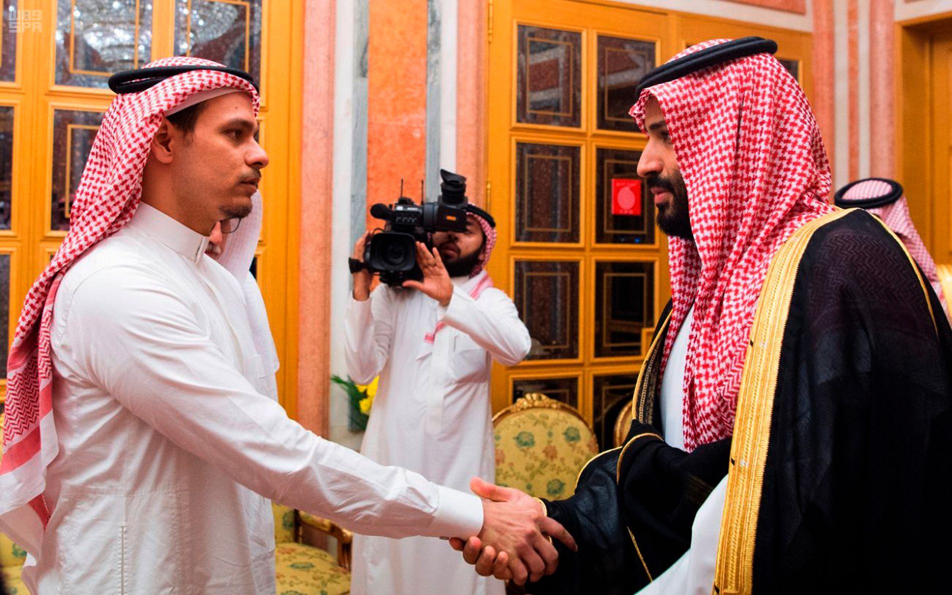 SIGNAL FRA SAUDI:   Bildet er sendt ut av Saudi-Arabias statlige  nyhetsbyrå, SPA. Kronprins  Mohammed bin Salman (til høyre), møter Salah Khashoggi, sønnen til den drepte journalisten Jamal Khashoggi.