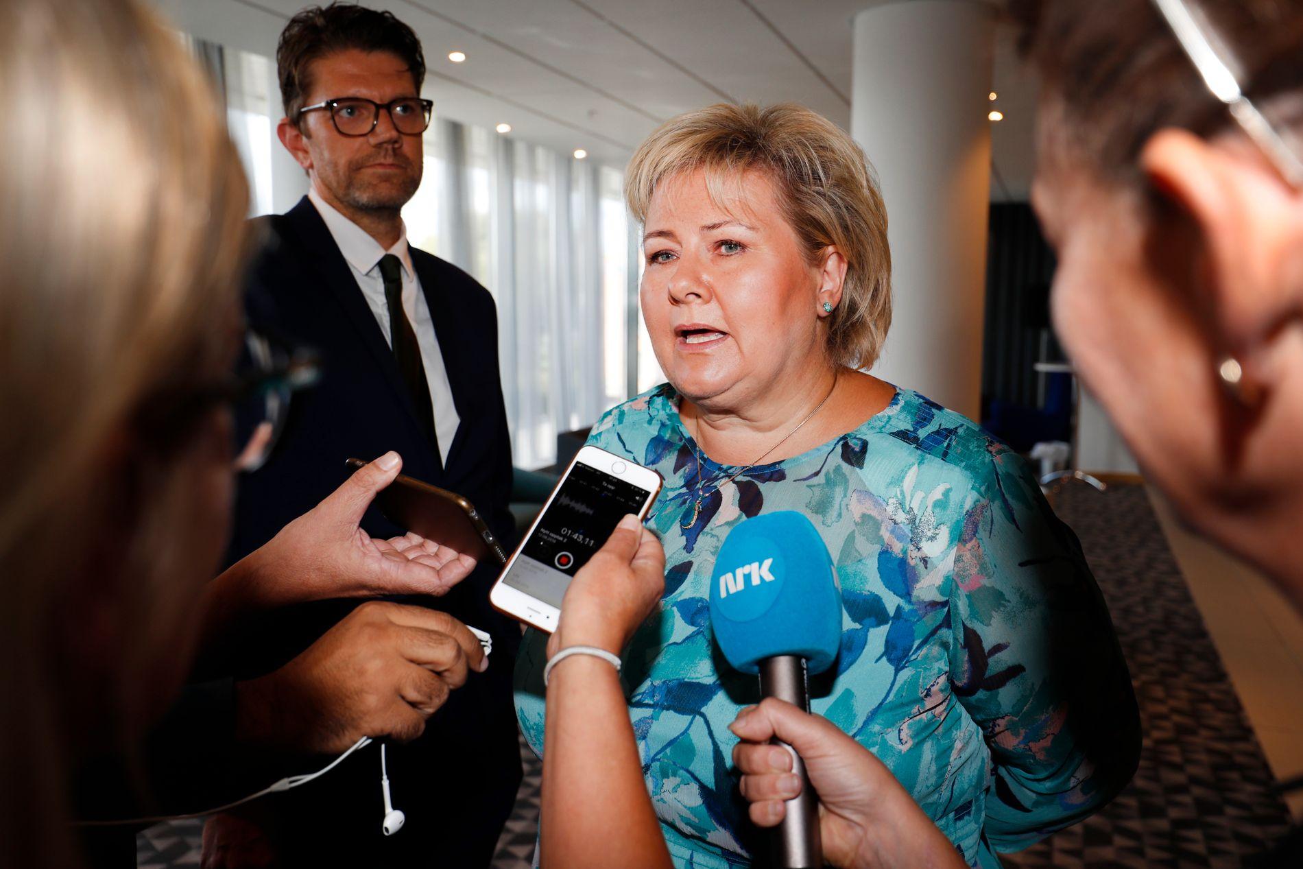 KRITISK: Statsminister Erna Solberg fastholder kritikken av Per Sandbergs sikkerhetsbrudd søndag ettermiddag.