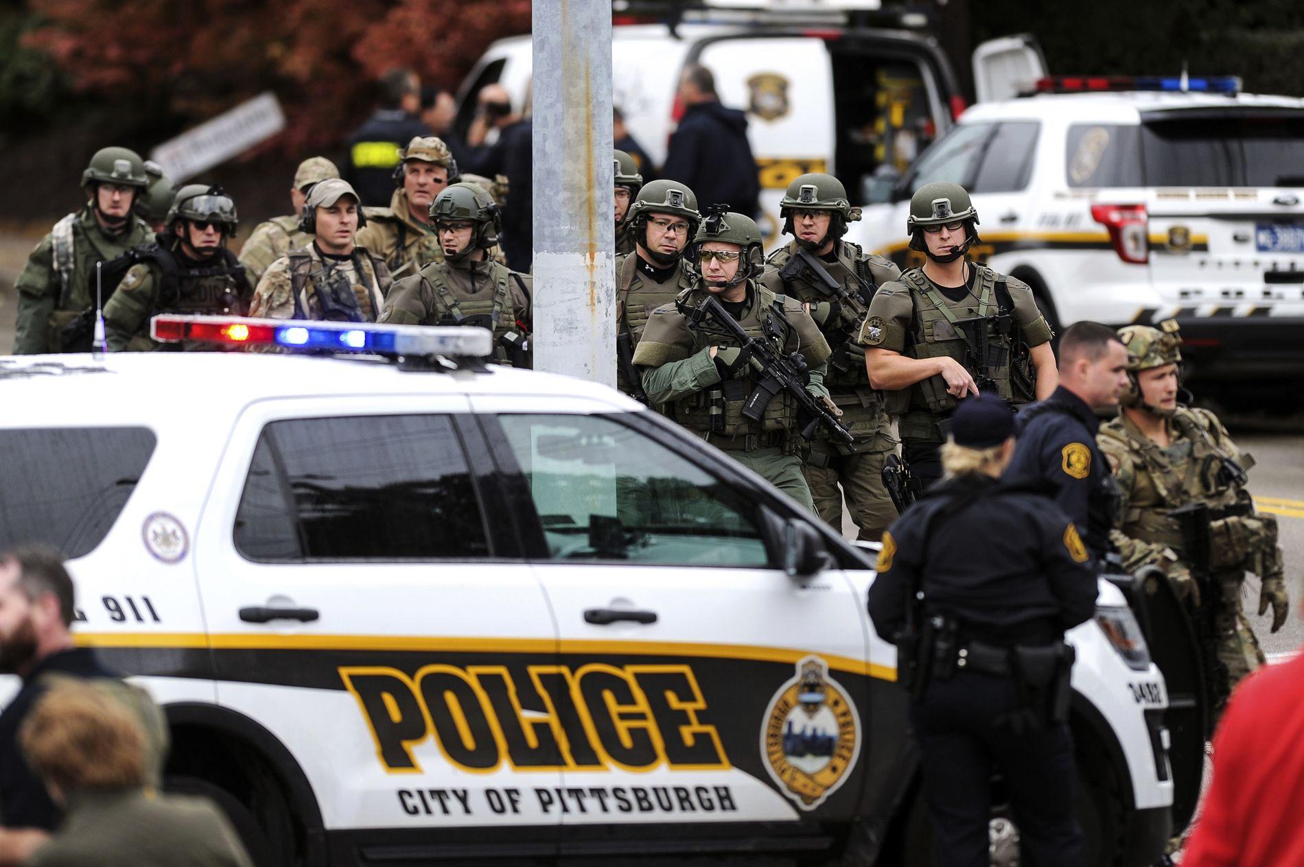 SKUDDVEKSLING: Det er stort politioppbud ved synagogen i Pittsburgh.
