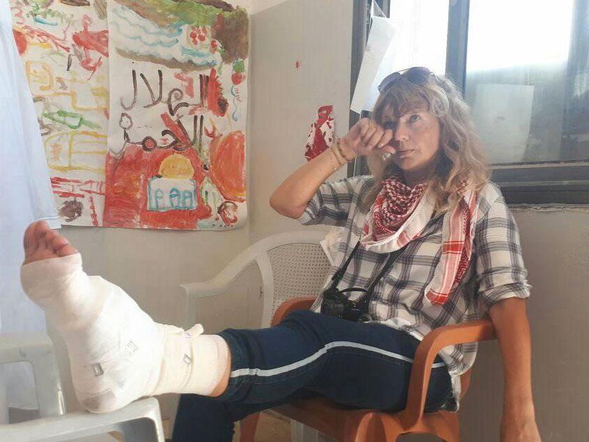 SVARER AABEL: Den norske aktivisten Kristin Foss (43). Bildet er fra i fjor, da Foss ble skutt, og lettere skadet, i forbindelse med en demonstrasjon på Vestbredden.