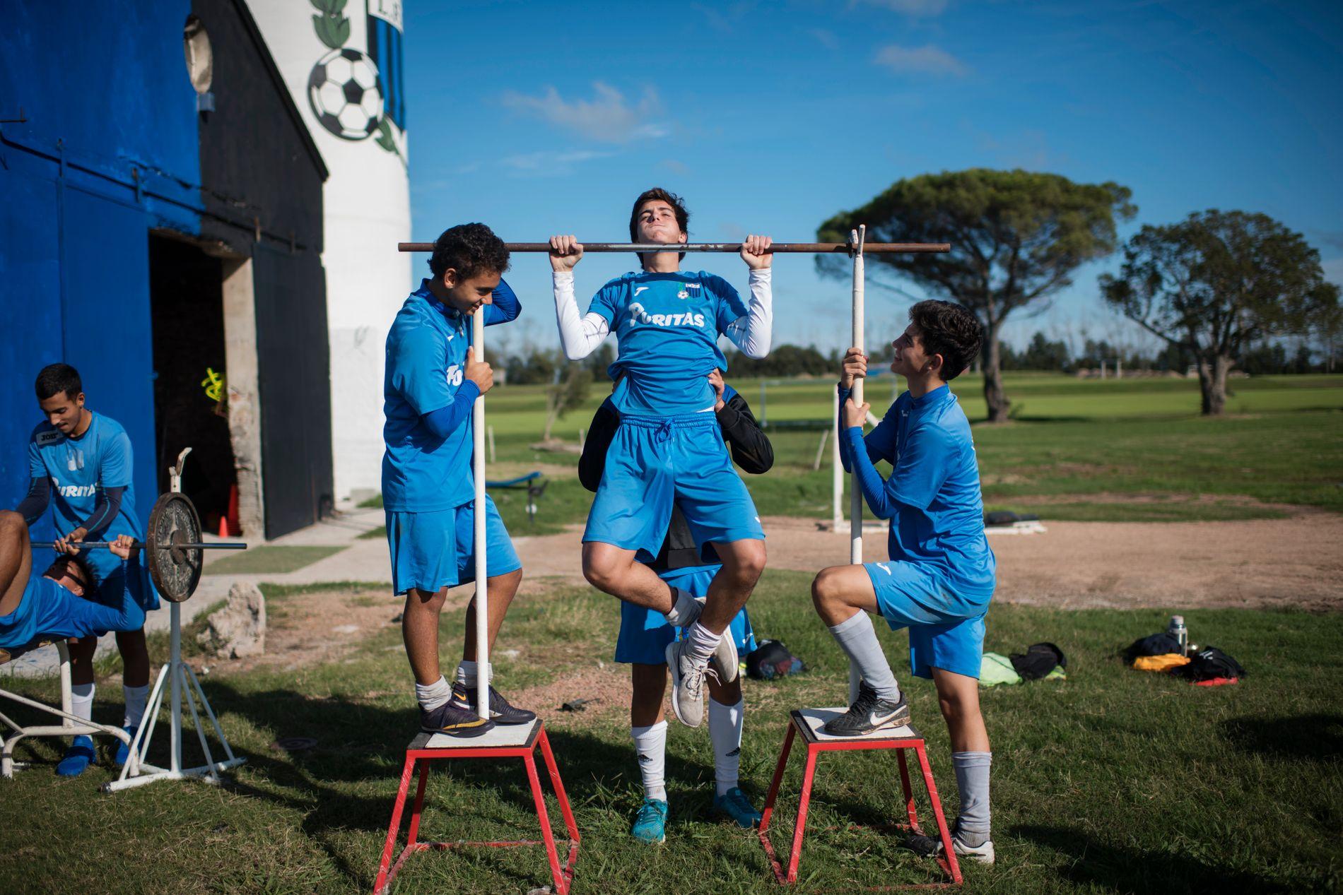 1. PLASS: VM-DRØMMEN: De ofrer alt for å bli like store som nasjonalhelten Luis Suárez. For foreldrene er talentene en vei ut av fattigdommen.