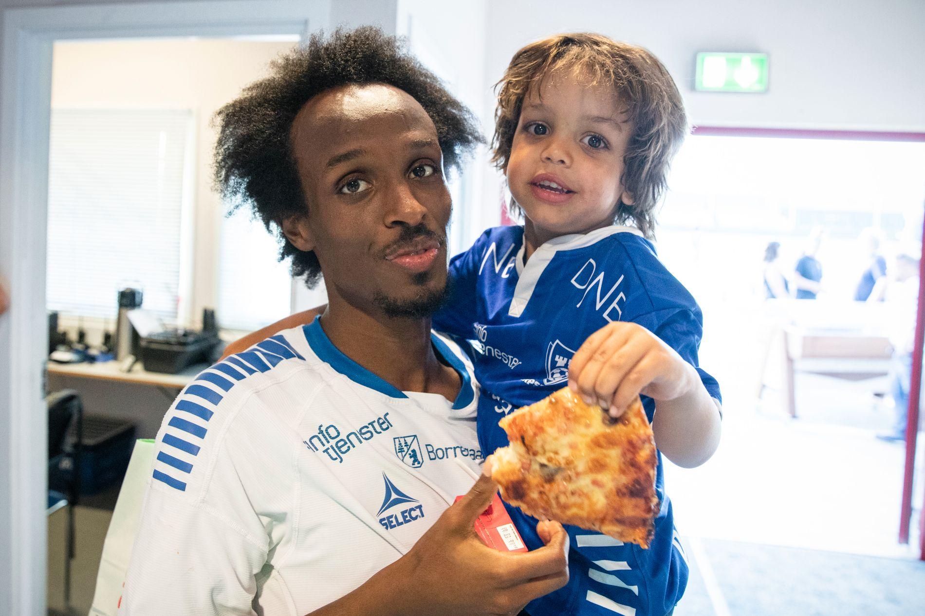 PIZZA-FEIRING: Amin Askar feiret med sønnen Benjamin og pizza etter storspill og to scoringer på 16. mai.