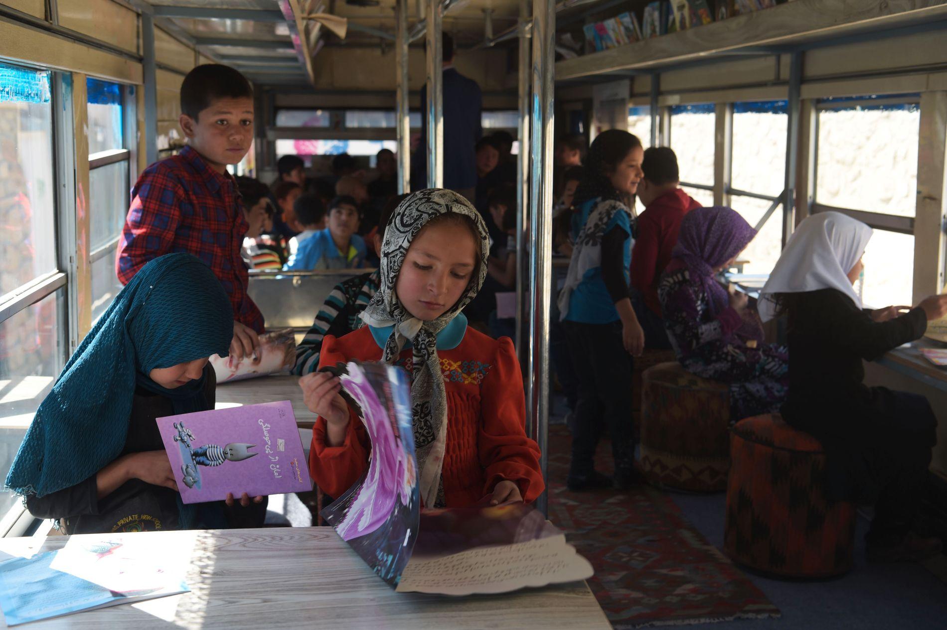 SKOLE: I denne bussen omgjort til et bibliotek i Afghanistan, får skolebarn gratis tilgang på bøker.