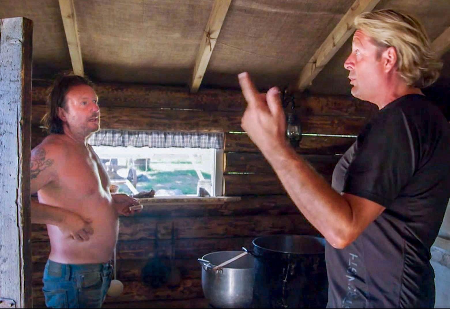 OPPVASK: Svein Østvik og Runar Søgaard tok en oppvask etter middagsdiskusjonen.
