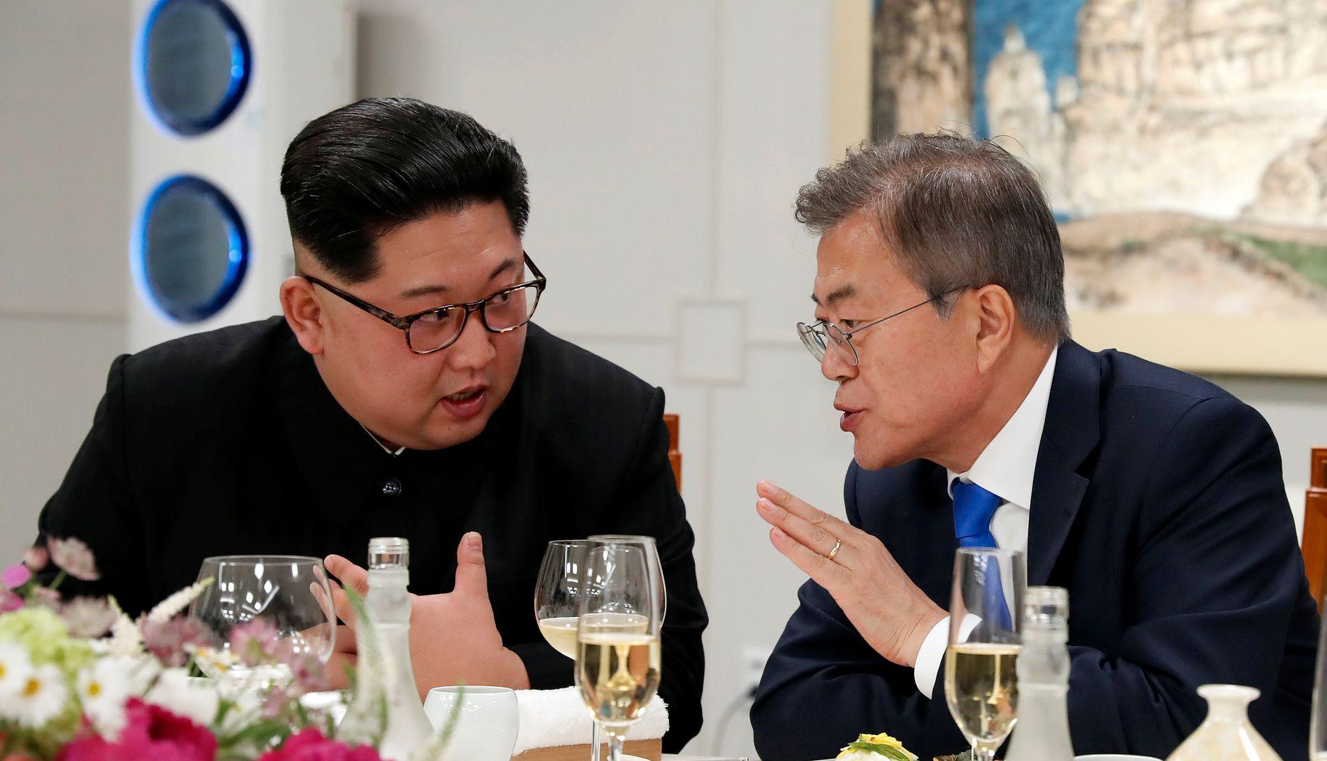 MØTTES: Nord-Koreas Kim Jung-Un (t.v.) møtte nylig Sør-Koreas president Moon Jae-in.