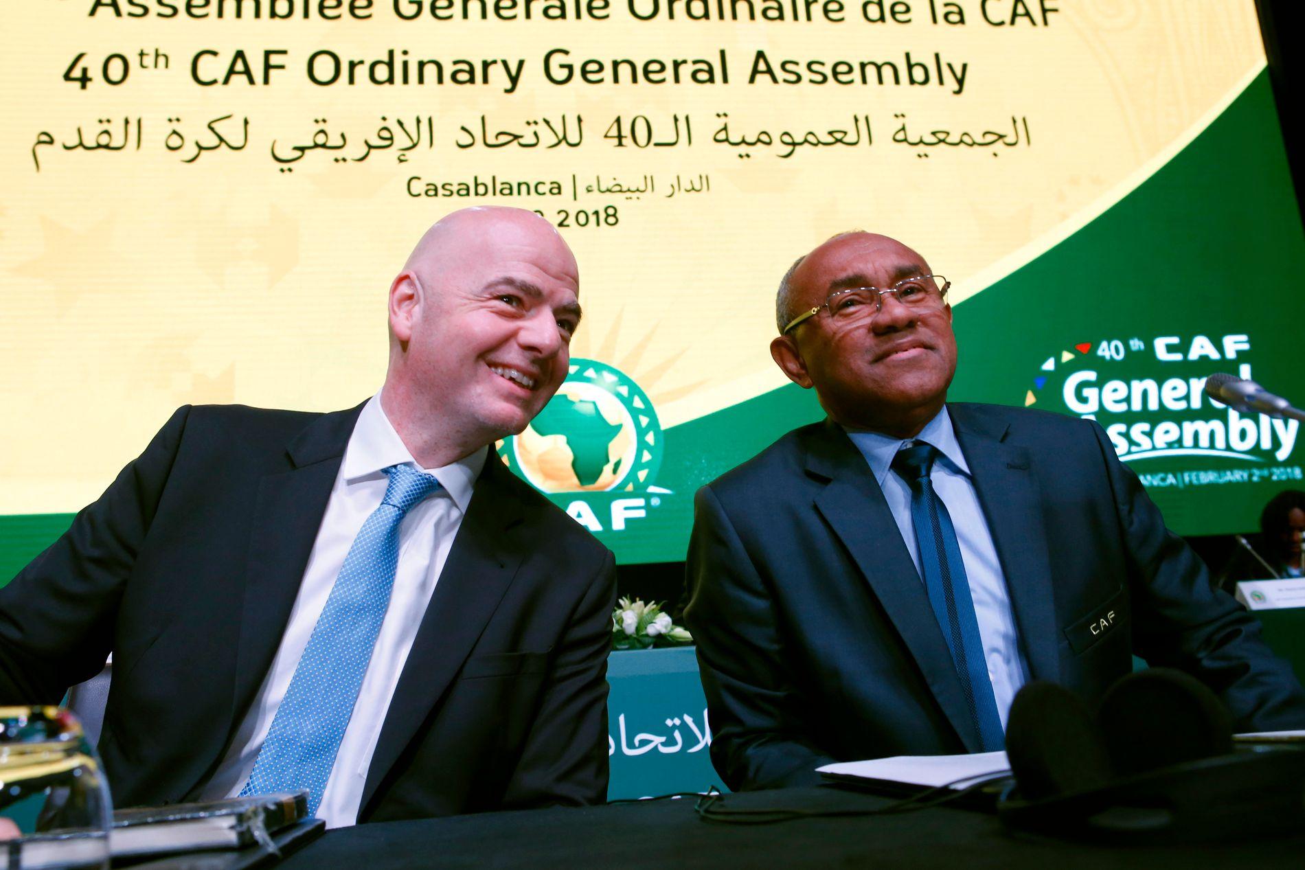 FIFA-TOPPER: FIFA-president Gianni Infantino til venstre sammen med Ahmad Ahmad til høyre.