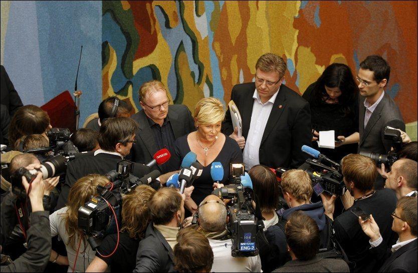 HAR DRATT: Slik har det sett ut rundt Frp-leder Siv Jensen, generalsekretær Geir Mo og nestleder Per Sandberg (t.v) den siste uken. Nå har Frp-trekløveret trukket seg ut av mediestormen. Foto: Morten Holm/ Scanpix