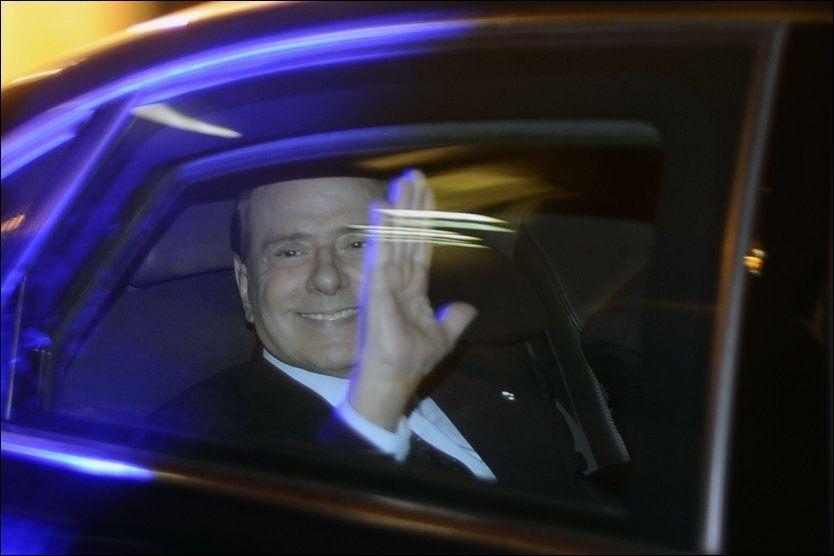 ARRIVIDERCI: Her kjører Silvio Berlusconi hjemmefra til presidentpalasset for å levere avskjedssøknaden etter at den italienske krisepakken i dag ble vedattt. Foto: AFP