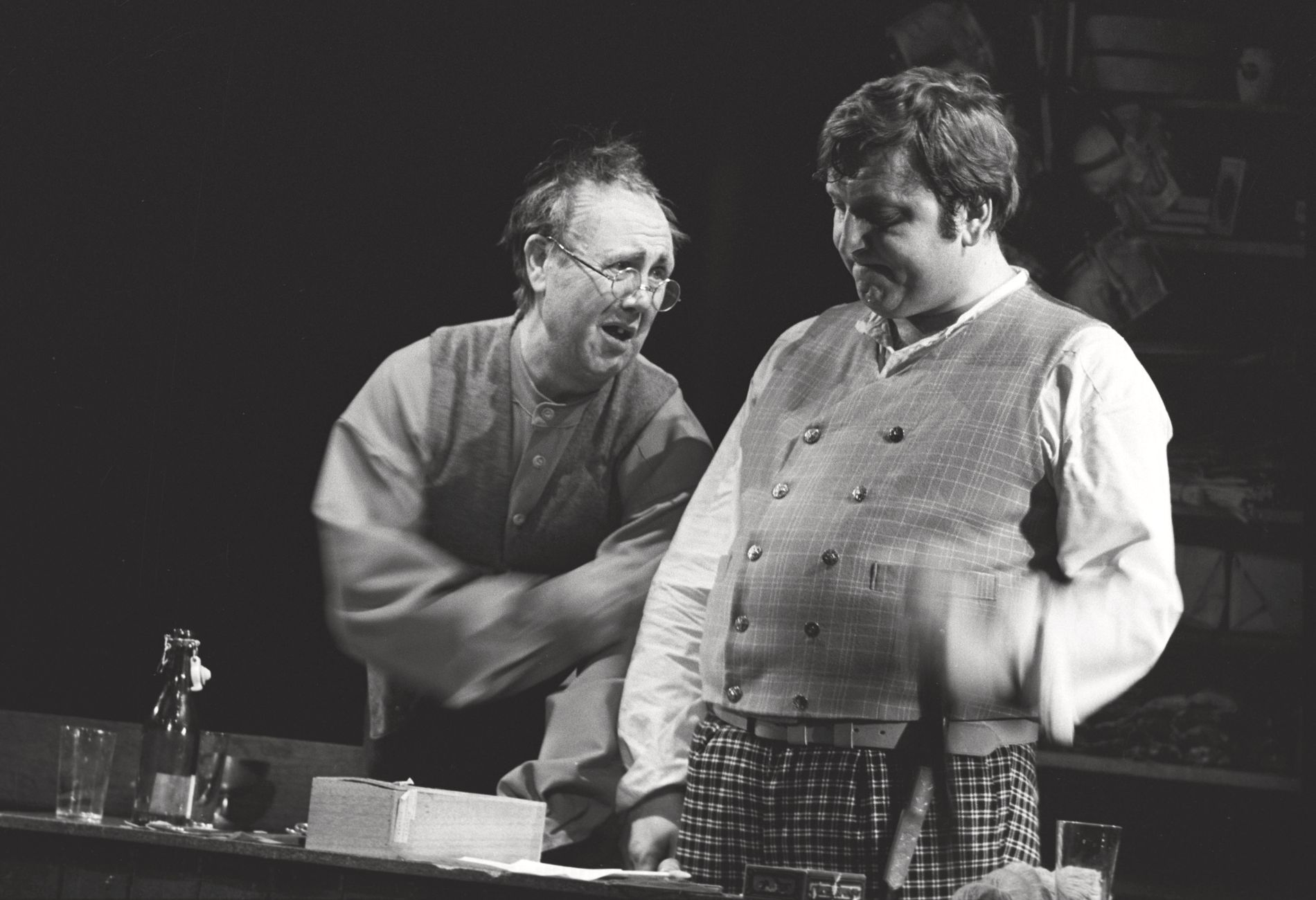 PÅ SCENEN: Rolf Sand (t.v.) i samspill med Rolv Wesenlund i rollene som henholdsvis gamle og unge Bør i Johan Falkbergets «Bør Børson».