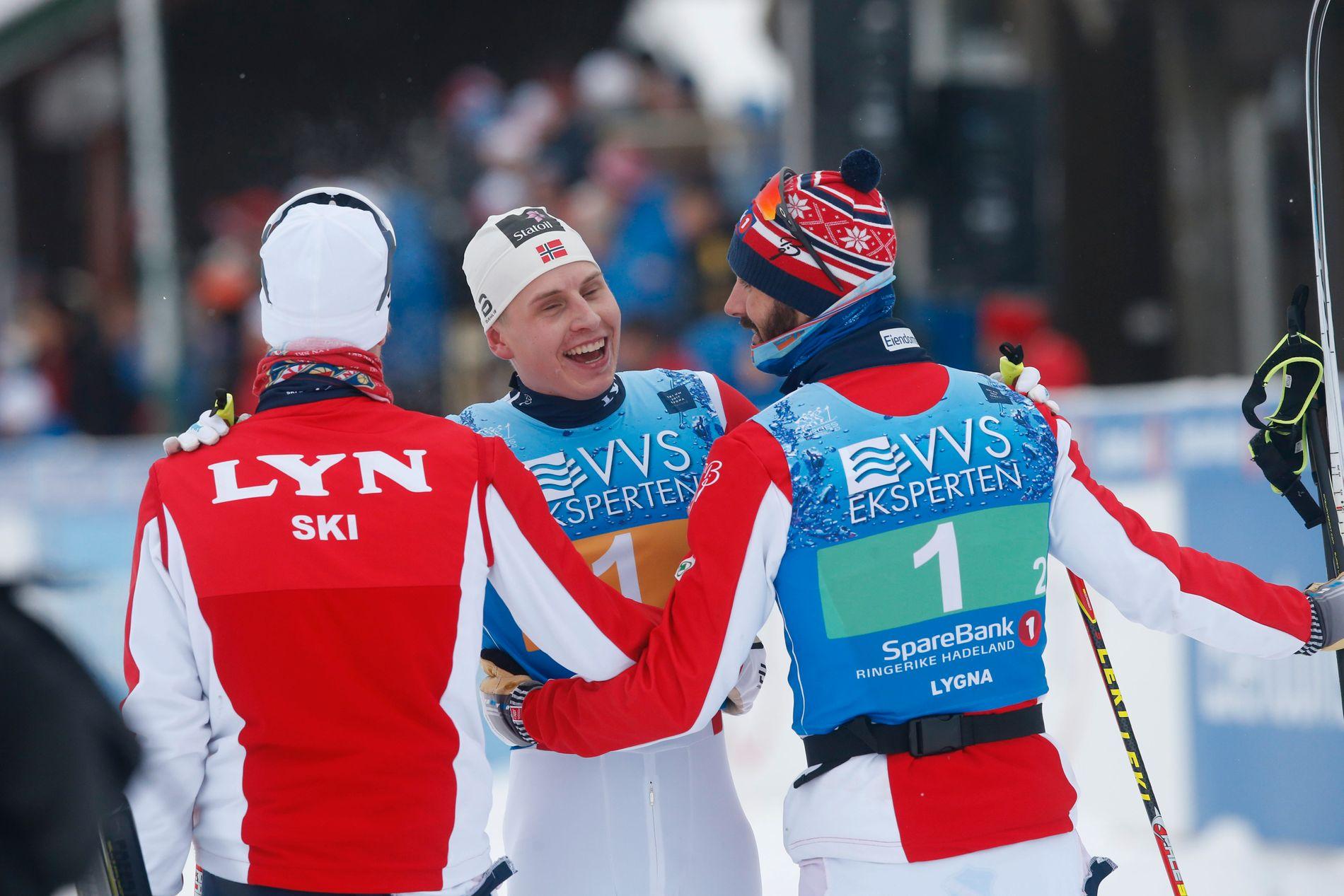 Johan Tjelle (fra venstre) jubler sammen med ankermann Simen Hegstad Krüger og Hans Christer Holund etter NM-gullet.