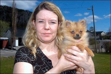 EIER: Jeanette Aakervik holder godt på den lille hunden sin Candy. Nå må valpen kanskje avlives. Foto: Stein A. Olsen/Trønder-Avisa