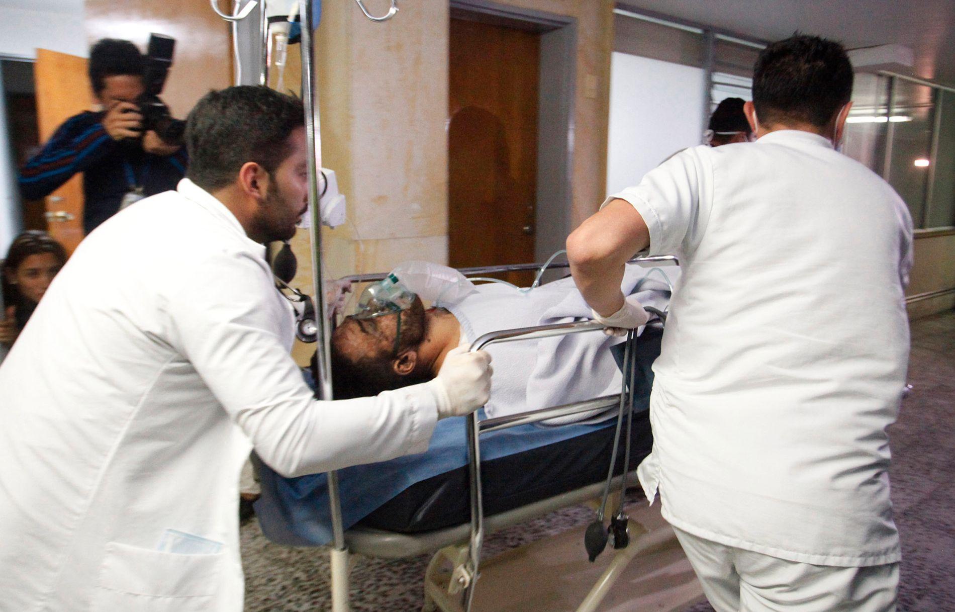 FUNNET I LIVE: Alan Ruschel overlevde på mirakuløst vis flystyrten som krevde 71 menneskeliv tirsdag morgen norsk tid. Her er han på vei inn på sykehuset i La Ceja.