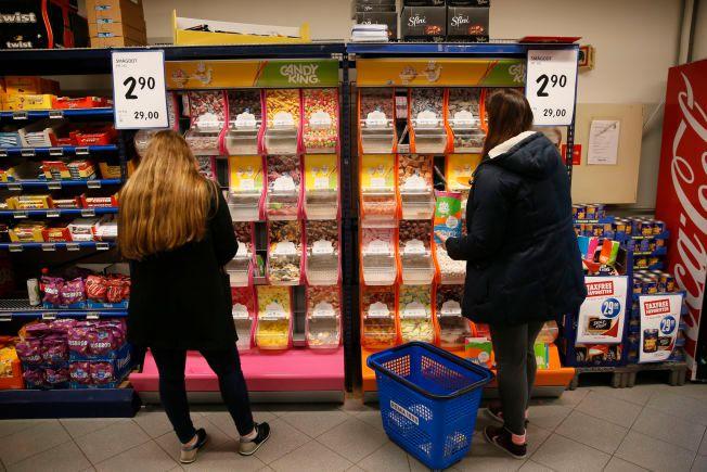 REKORDLAVT: Lavpriskjedene har dumpet prisen på smågodt. 2,90 per hekto tar Rema 1000 på Evjekaia i Fredrikstad onsdag kveld.