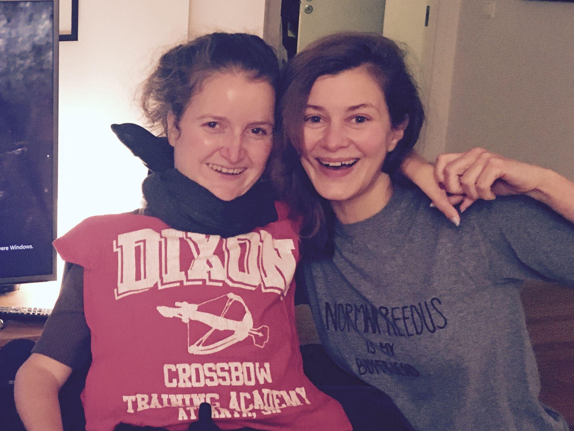 BESTEVENNER: Storesøster Silje Storstein (t.h.) sier at muligheten for at lillesøster Mari kan bli bedre av sykdommen også gjør henne reddere for at hun skal bli dårligere.