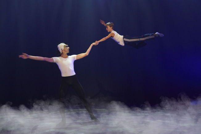DRØMMEN om å slippe ut og fri i dansen, nydelig konkretisert til tonene av «Svanesjøen» av talentet Kevin Haugan og den voksne danseren Kristoffer Solberg. Foto: JOHN ANDRESEN.