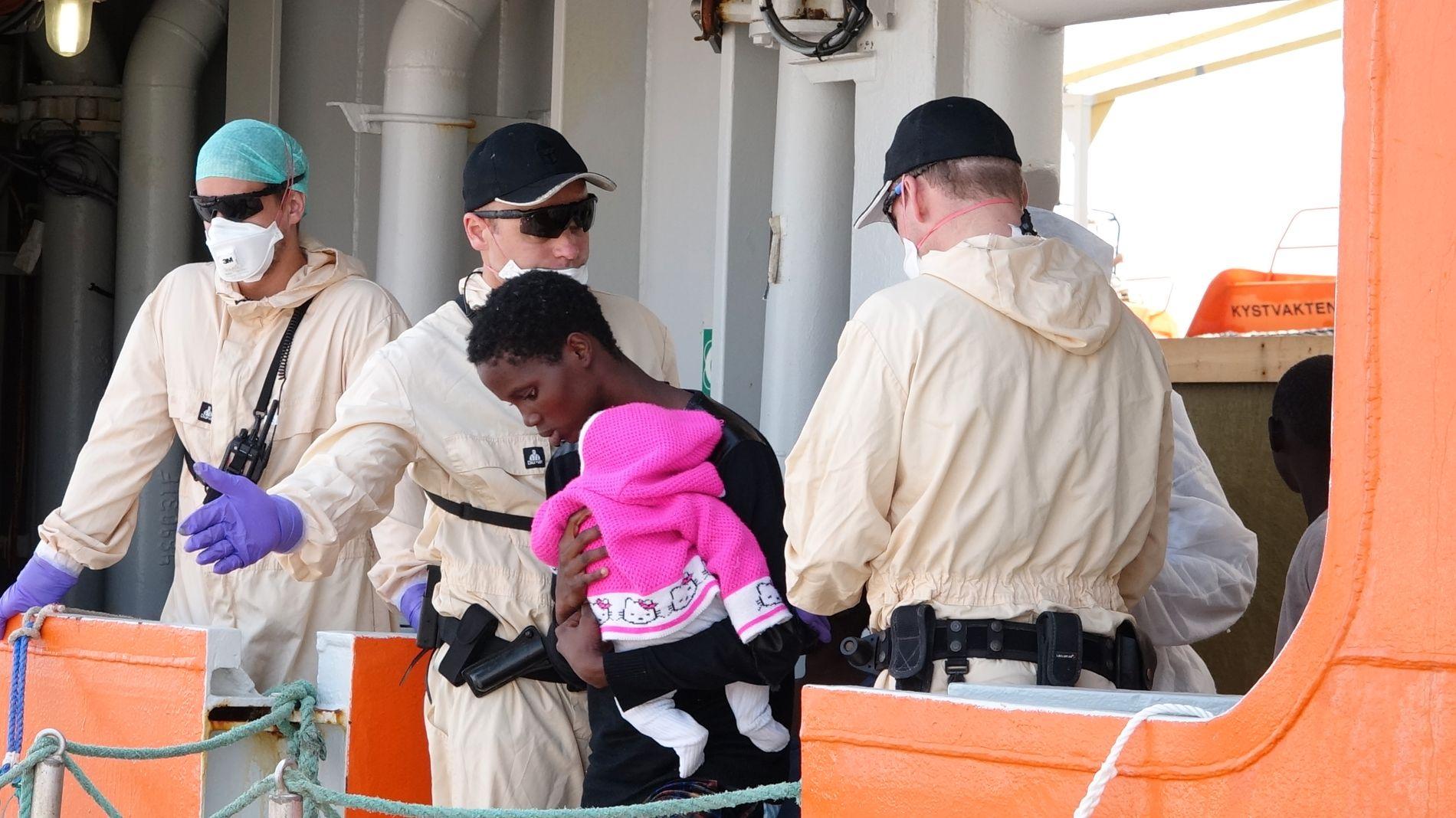 I TRYGGHET: Yngstemann på «Siem Pilot», en jente på to måneder, ble båret av skipet i Salerno-havnen på Sicilia av sin mor torsdag.