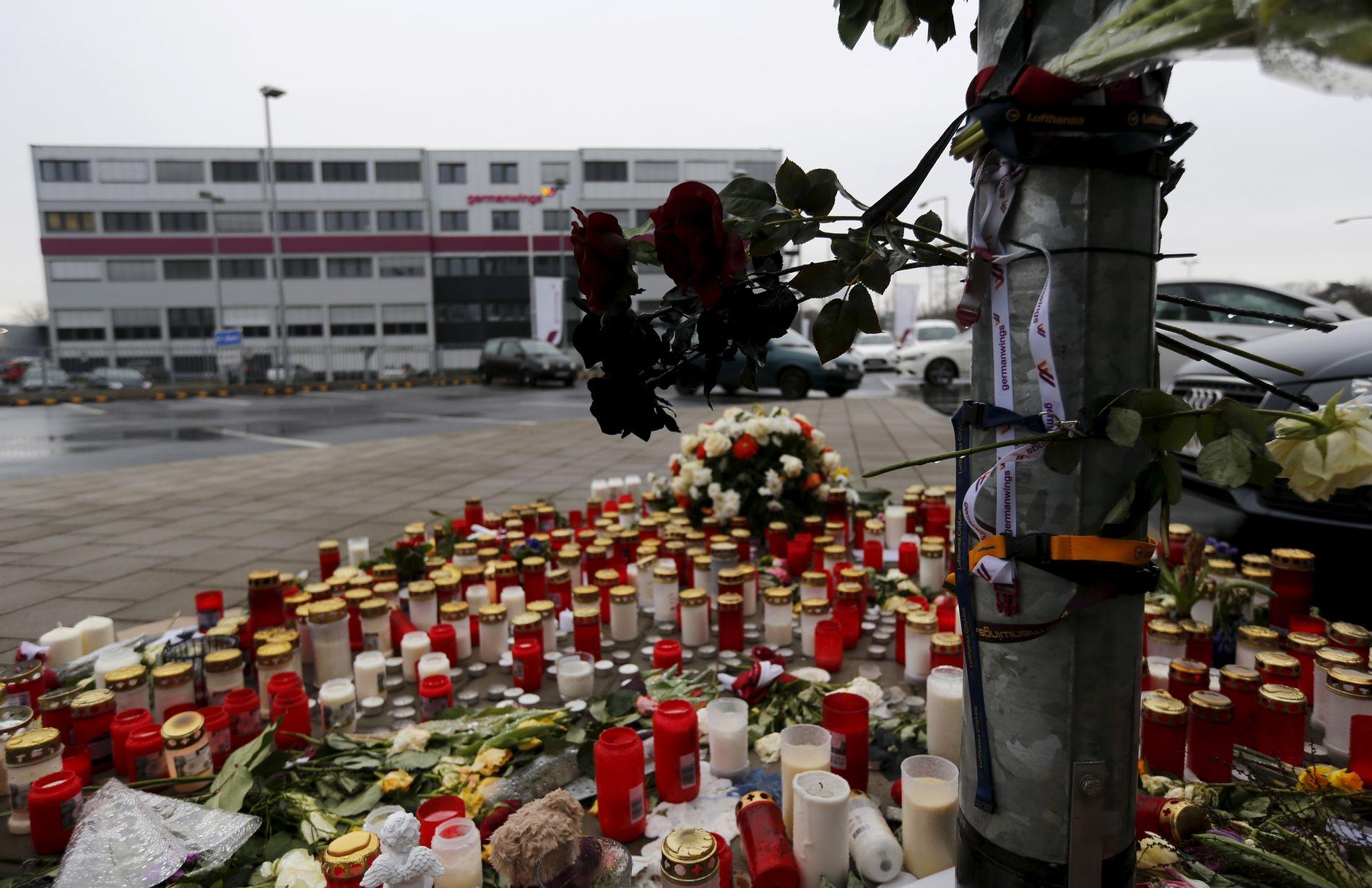 UTENFOR GERMANWINGS: I tiden etter flystyrten i mars 2015, var det et hav av blomster og lys utenfor Germanwings`hovedkvarter ved Cologne-Bonn-flyplass. FOTO: REUTERS