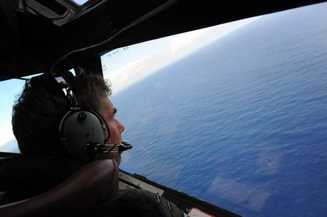 NYE SPOR: En ekspertgruppe tror vraket av MH370 befinner seg flere hundre kilometer sørøst for stedet der man tidligere har søkt. Her er letemannskaper avbildet i april under søket etter det savnede flyet. Foto: AFP/NTB Scanpix