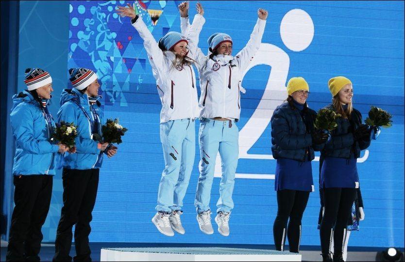 OL-HÅP: Marit Bjørgen har markert seg som tilhenger av et eventuelt Oslo-OL i 2022, men Norges befolkning virker fortsatt å være tvilende. Her spretter Bjørgen opp på seierspallen med Ingvild Flugstad Østberg etter OL-gullet i lagsprint i Sotsji. Foto: NTB Scanpix