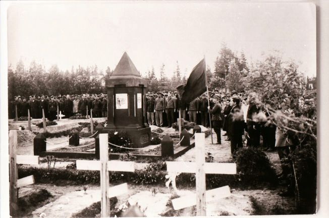 STOD IMOT: «Russerkirkegården» på Mo i Rana ble innviet våren 1945. På bildet står overlevende fanger, som hedrer de 90 gravlagte kameratene som fremdeles hviler i jorden på byens kirkegård.
