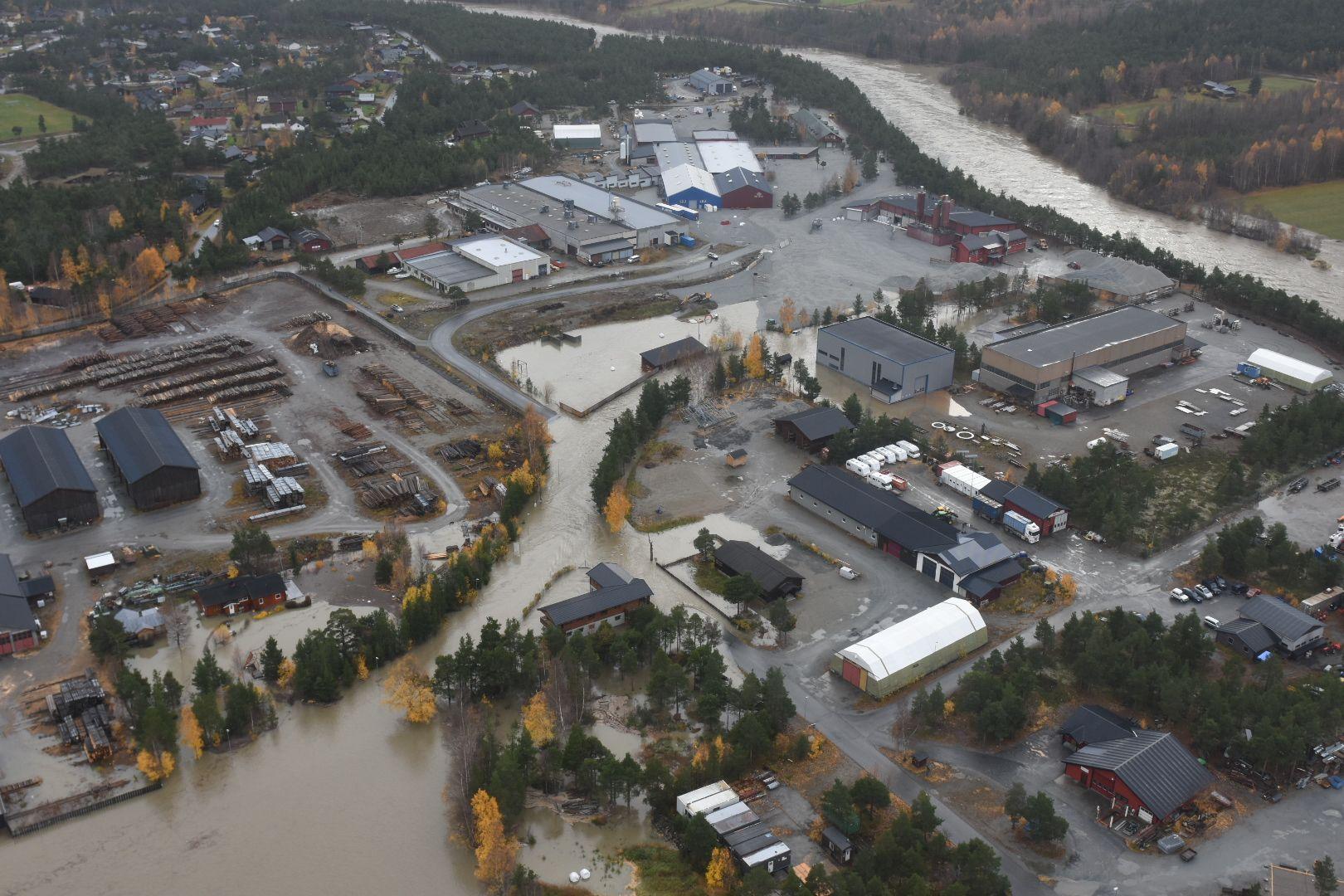 OVERRASKENDE FLOM: Flommen i helgen satte store deler av Skjåk sentrum under vann søndag.