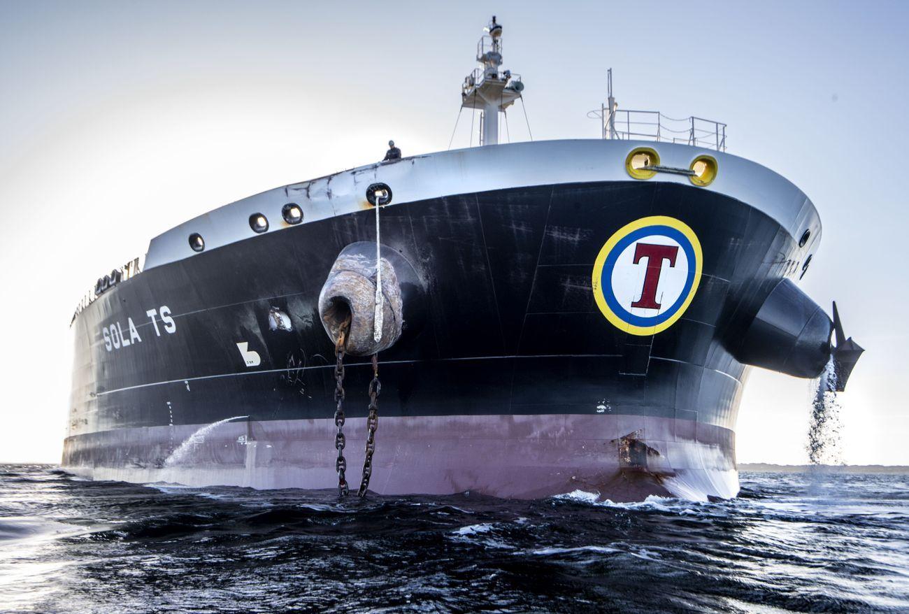 HULL: Tankskipet «Sola TS» har tydelige skader på ankerkrysset på styrbord side (venstre side på bildet) og et hull i skutesiden like bak, etter sammenstøtet med KNM «Helge Ingstad». Ellers kom tankskipet relativt uskadet fra sammenstøtet.