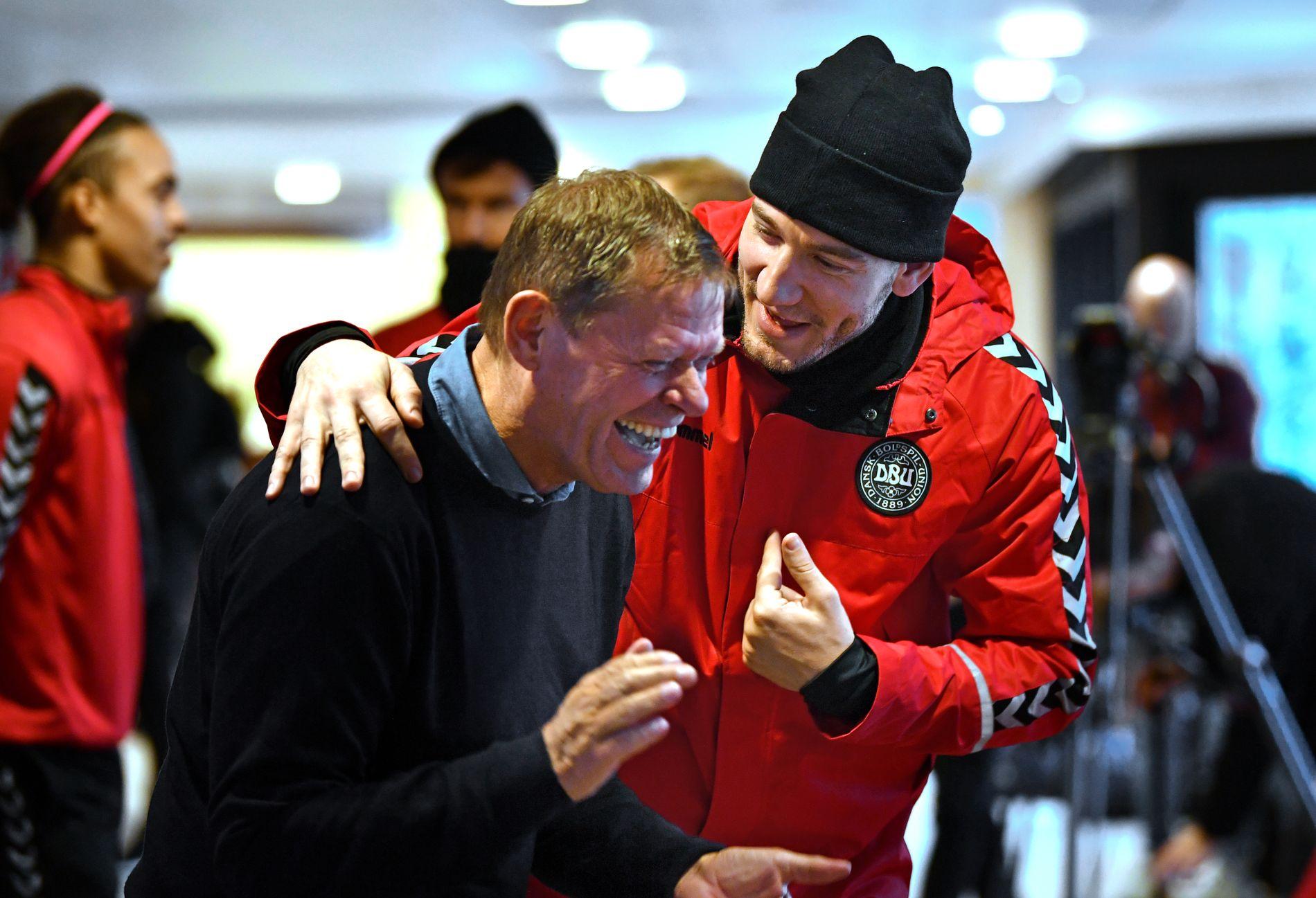DANSKE HELTER: Frank Arnesen (61) var en av Danmarks største spillere på 1980-tallet. Nå er han ekspert på TV, her fleiper han med 32 år yngre Nicklas Bendtner under tirsdagens pressetreff. Foto: BJØRN S. DELEBEKK,VG.