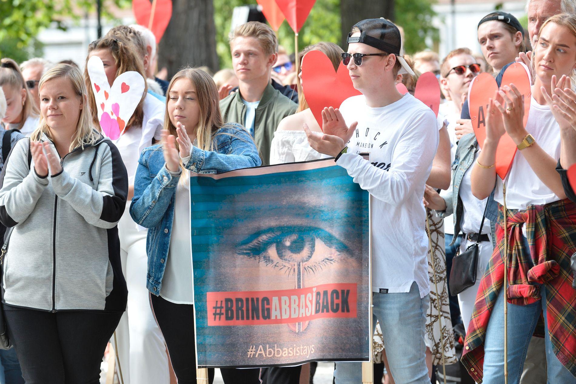 STORT OPPMØTE: Flere hundre mennesker møtte opp i Tordenskioldparken for å vise sin støtte for Abbasi-familien.