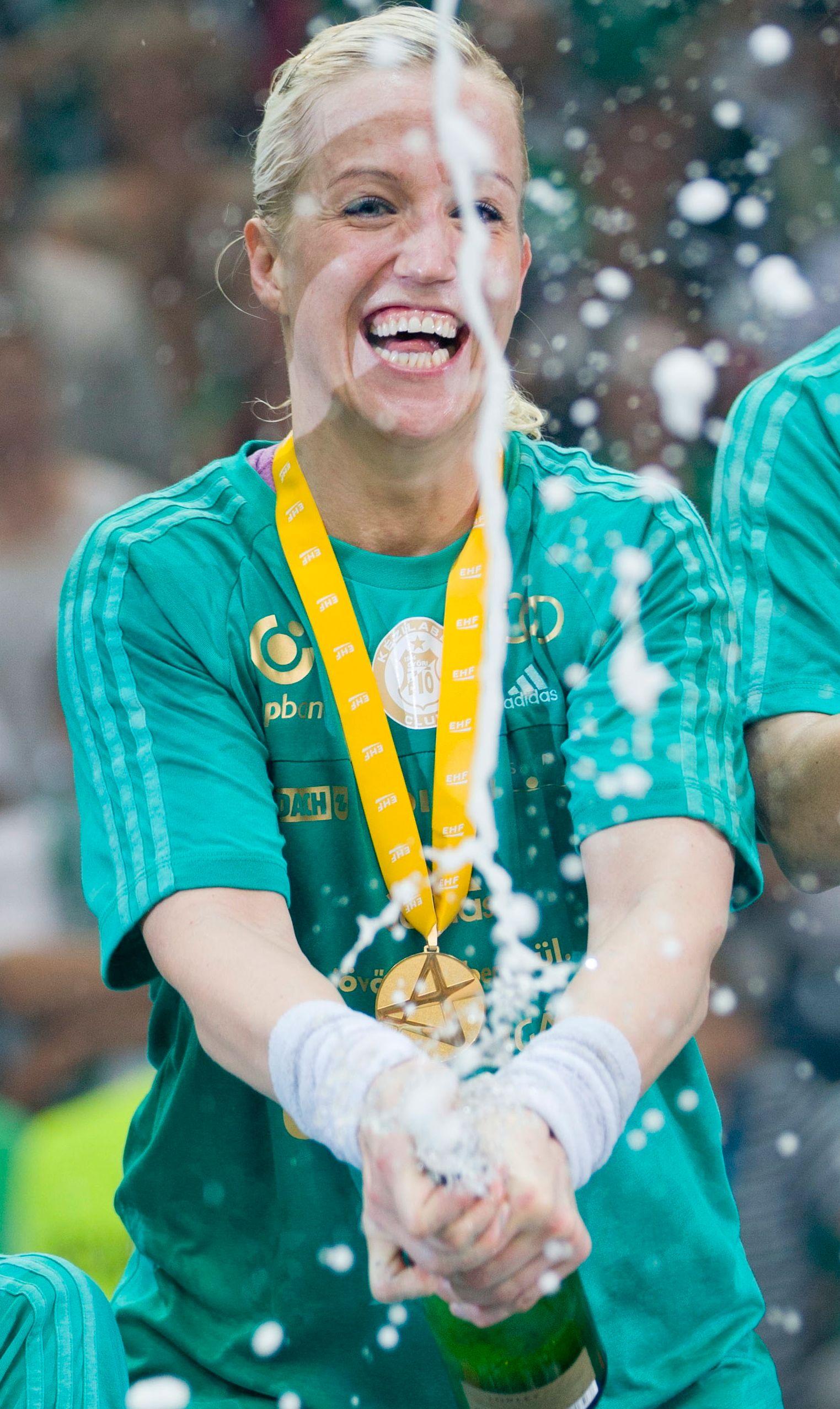 FEM ÅR MED SPRUT: Heidi Løke har vunnet 11 titler med Györ. Her feirer hun seieren i Champions League finalen mot Larvik i 2013.