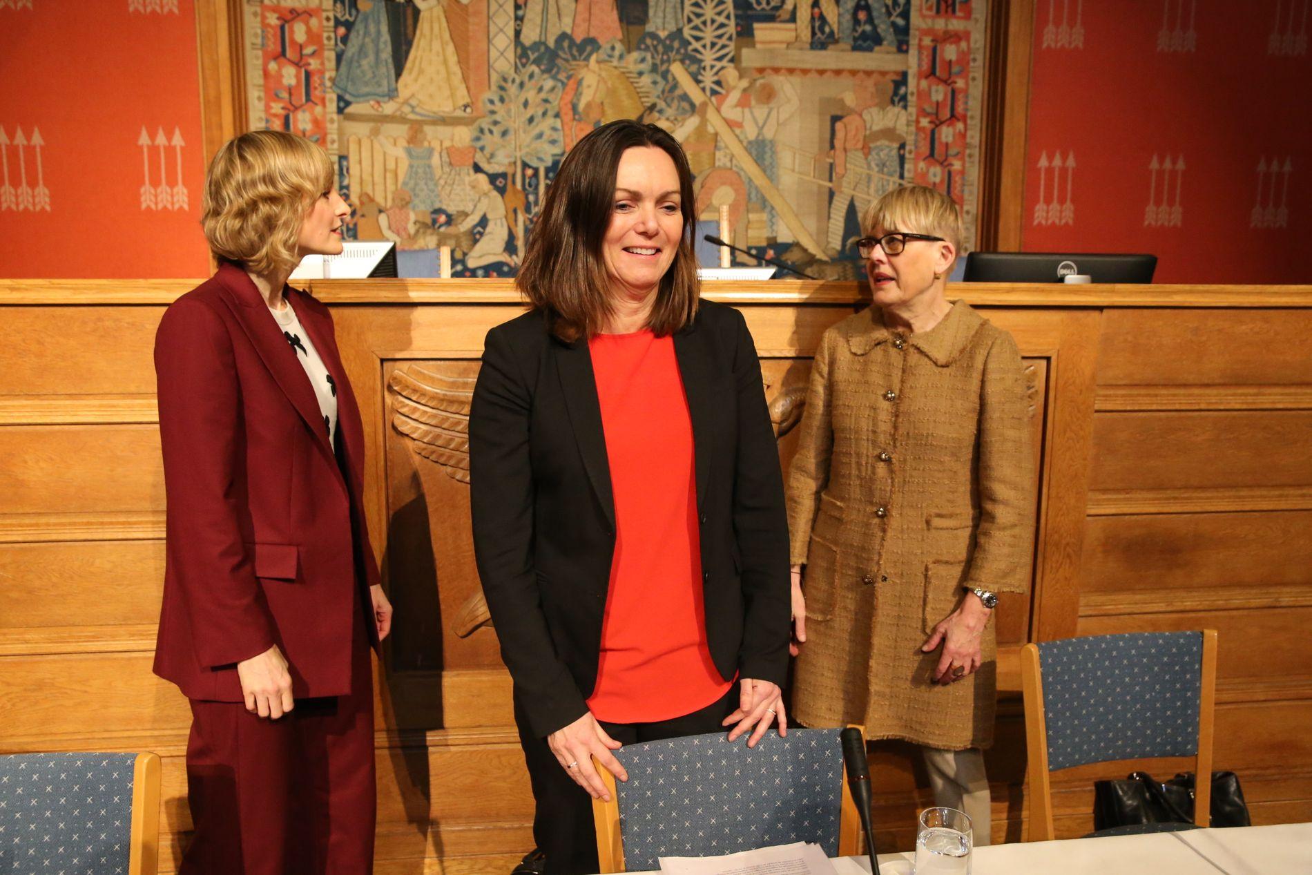 SAMARBEIDSPROBLEMER: Det har over lang tid vært samarbeidsproblemer mellom tidligere skolesjef Astrid Søgnen (t.h.) og skolebyråd Inga Marte Thorkildsen (t.v.). I midten står Søgnens etterkommer, Kari Andreassen.
