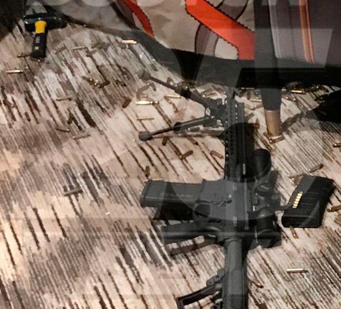 RIFLER: Dette skal være en av de 23 riflene som ble funnet på hotellrommet til Paddock. Bildet er gitt til den amerikanske TV-stasjonen Boston 25 fra en politikilde.